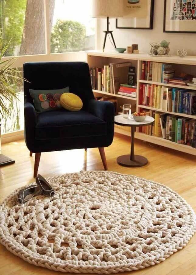 tapete de crochê bege redondo para sala decorada com estante de livros Foto Muito Chique
