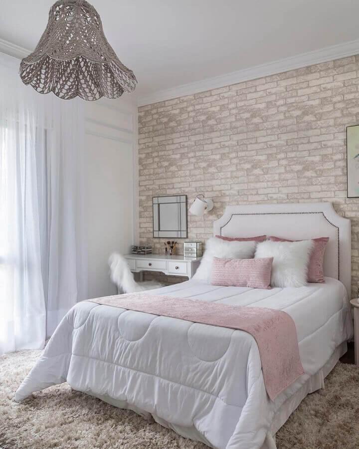 tapete felpudo bege para quarto de casal decorado com parede tijolinho Foto Studio Deux