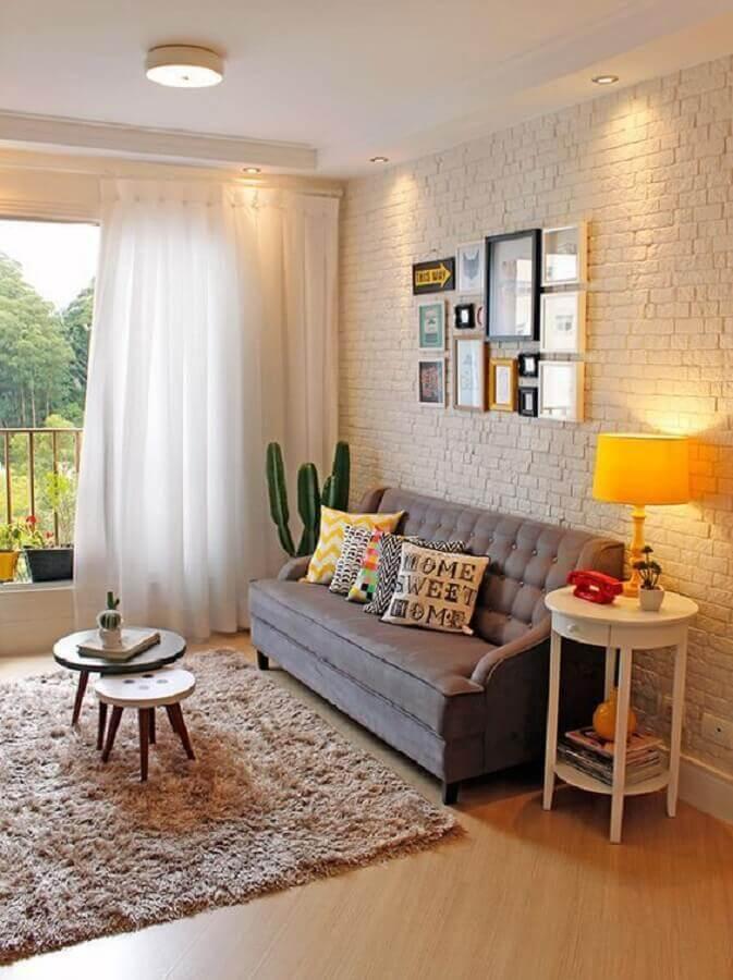 tapete felpudo bege para sala decorada com sofá cinza e parede de tijolinho branco  Foto Jeito de Casa