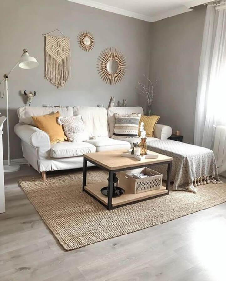 tapete sisal bege para decoração de sala simples com sofá com chaise Foto Apartment Therapy
