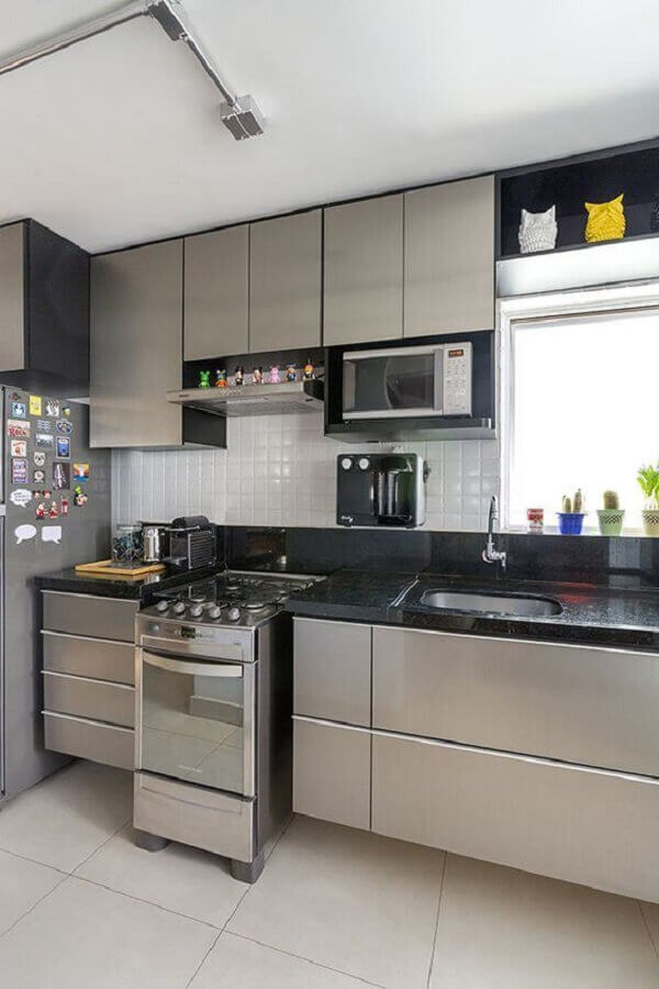 tons de cinza claro para decoração de cozinha pequena planejada Foto Lolafá