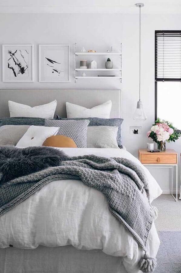 tons de cinza claro para decoração de quarto feminino com criado mudo minimalista de madeira  Foto Pinterest