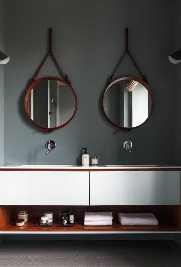 tons de cinza escuro para banheiro decorado com espelho redondo com alça Foto Behance