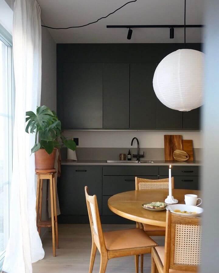tons de cinza escuros para decoração de cozinha com mesa de madeira  Foto Futurist Architecture