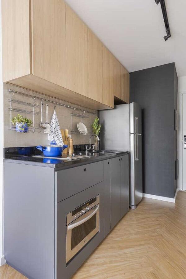 tons de cinza para cozinha pequena com armário aéreo de madeira  Foto Pinterest