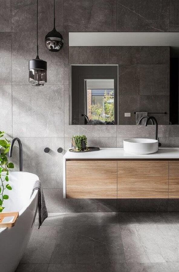 tons de cinza para decoração de banheiro moderno com gabinete de madeira  Foto Behance