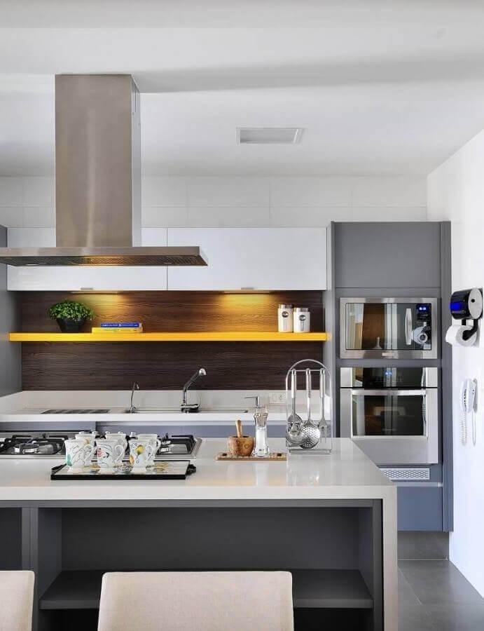 tons de cinza para decoração de cozinha moderna com ilha  Foto Lolafá