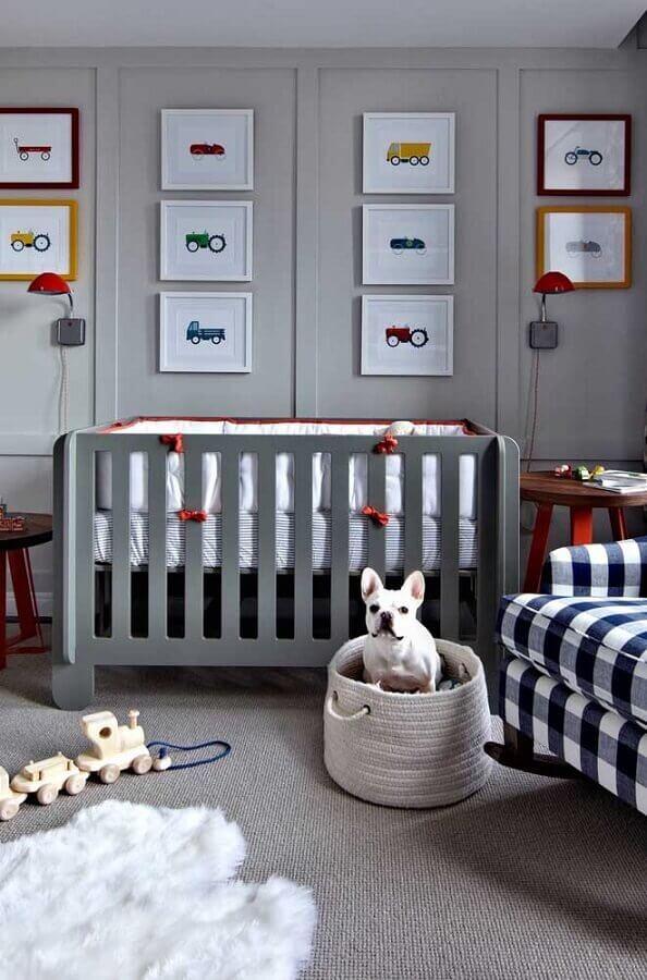 tons de cinza para quarto de bebê decorado com quadros de carros Foto Casa de Valentina