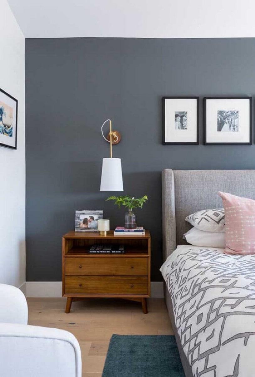 tons de cinza para quarto de casal decorado com abajur de parede e criado mudo de madeira  Foto Pinterest