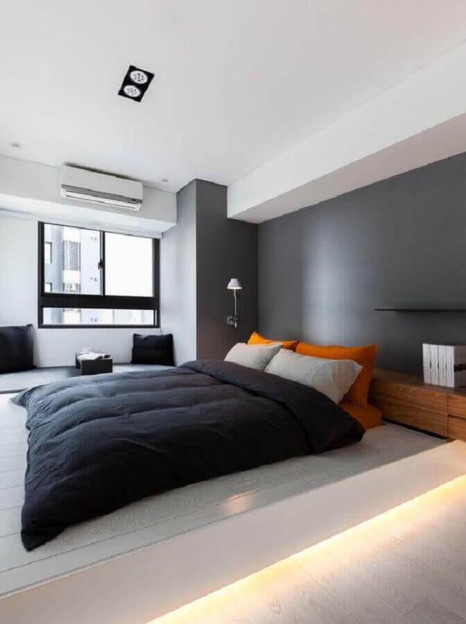 tons de cinza para quarto de casal moderno com travesseiros na cor laranja  Foto Futurist Architecture