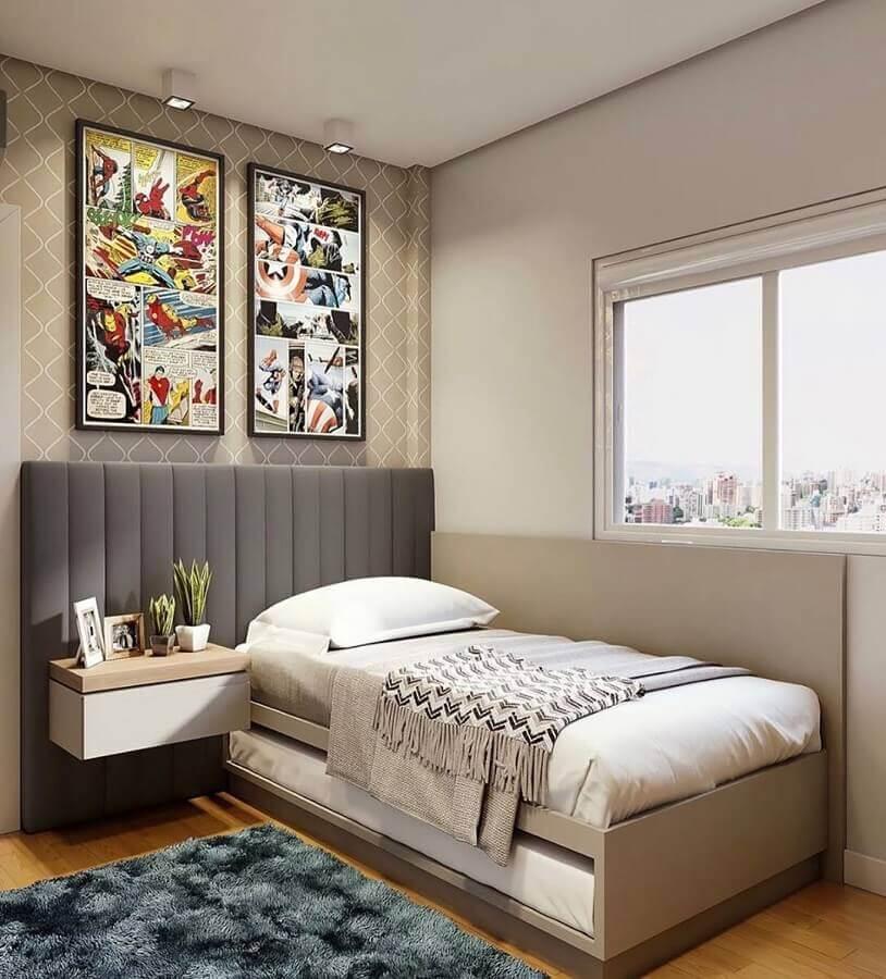 tons de cinza para quarto de solteiro decorado com quadro colorido e cabeceira estofada  Foto Jeito de Casa