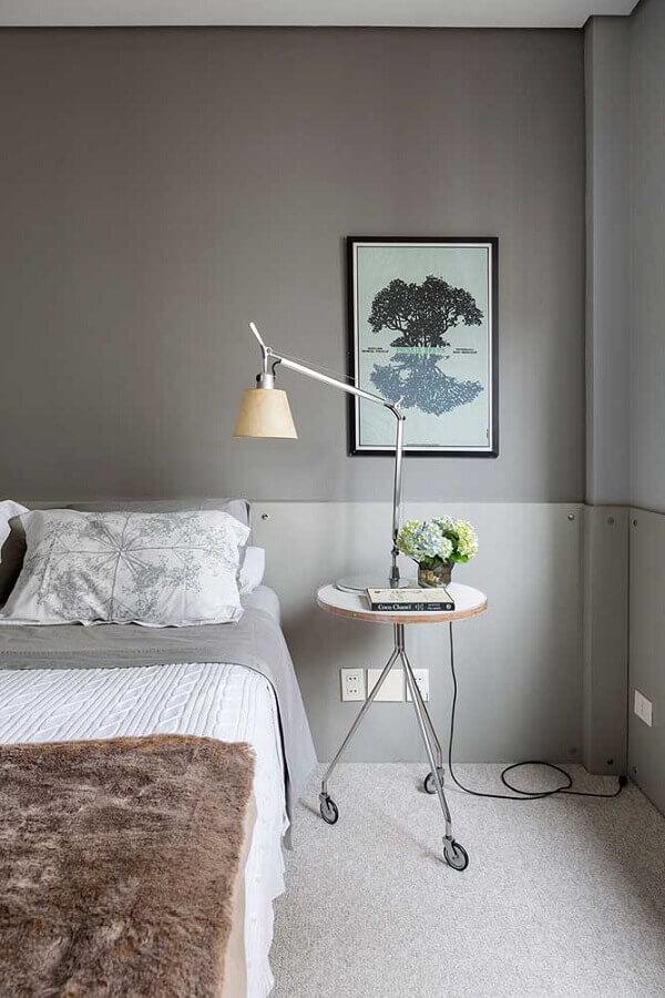 tons de cinza para quarto decorado com luminária articulável Foto Casa de Valentina