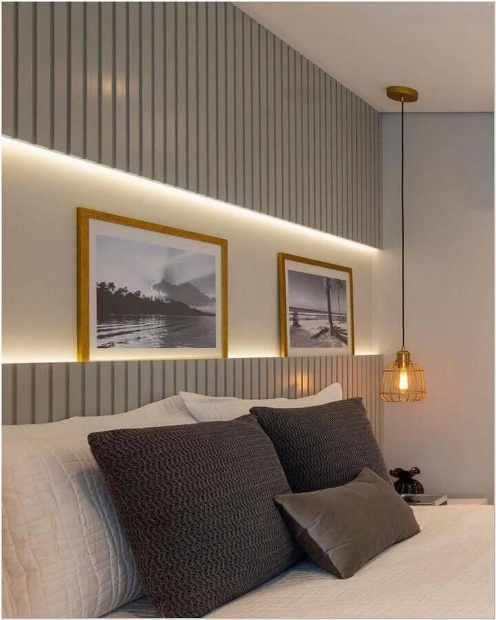 tons de cinza para quarto decorado com pendente aramado e fita de led na cabeceira da cama Foto Jeito de Casa