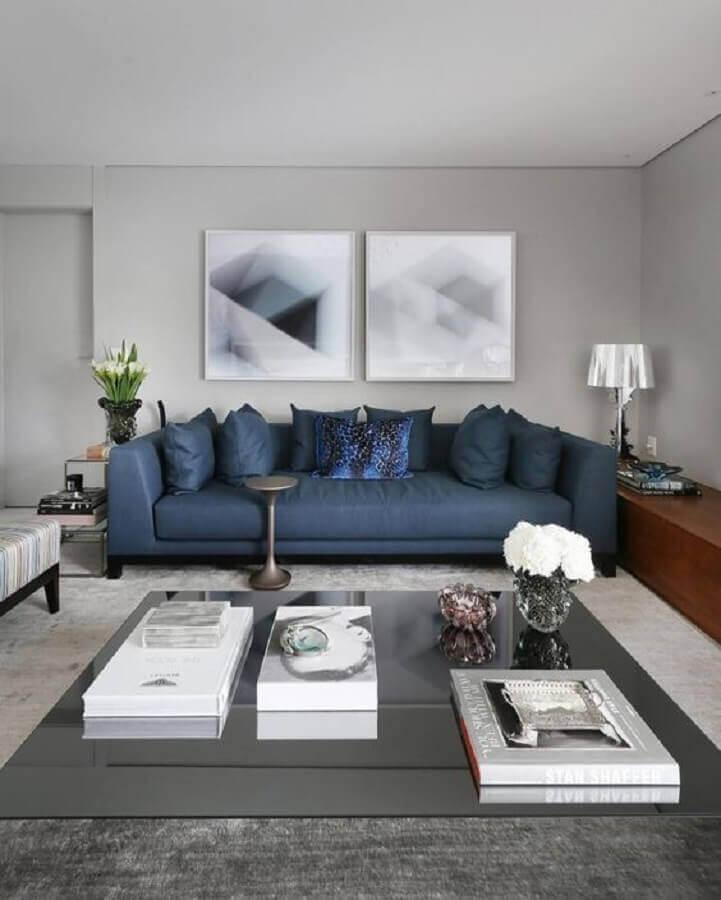 tons de cinza para sala ampla decorada com sofá azul Foto Jeito de Casa
