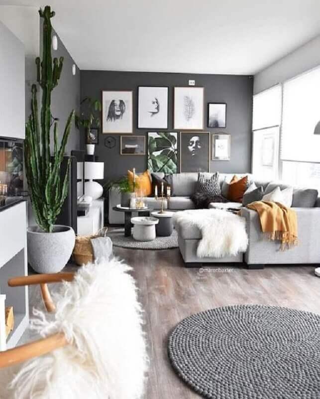 tons de cinza para sala de estar decorada com tapete redondo e vários quadros preto e branco  Foto Pinterest