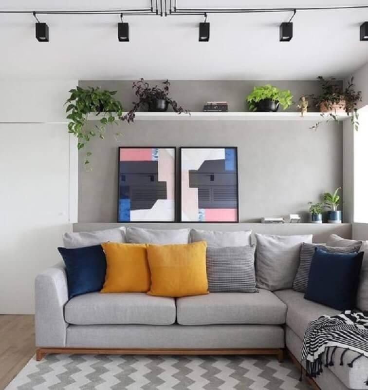 tons de cinza para sala decorada com quadros e almofadas coloridas  Foto Histórias de Casa