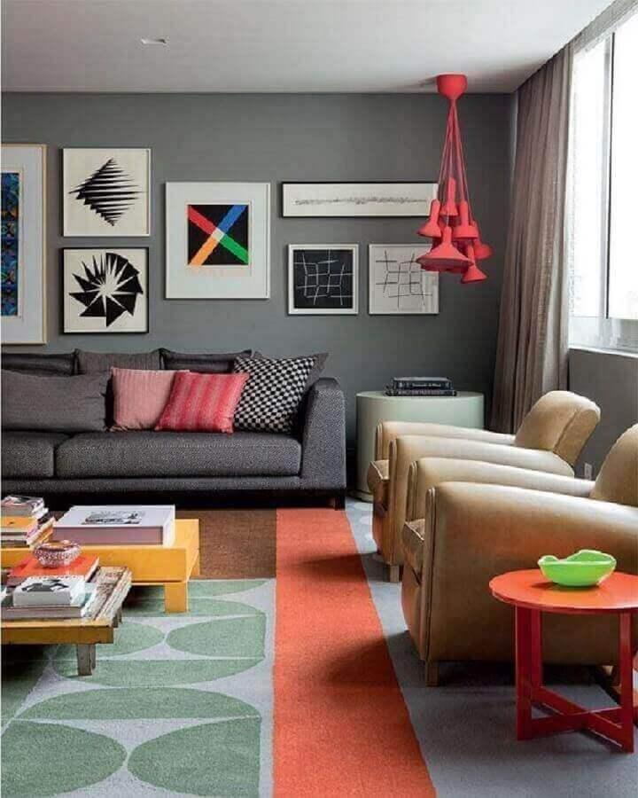 tons de cinza para sala decorada com tapete luminária pendente e almofadas coloridas Foto Pinterest