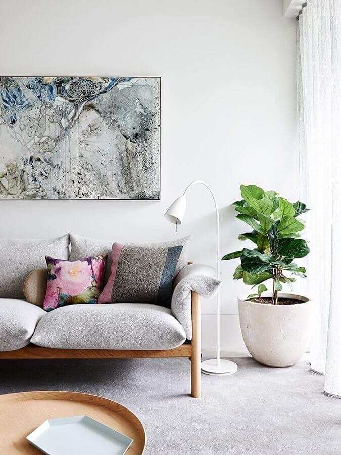 vaso de chão decorativo para sala cinza com sofá de madeira  Foto Pinterest