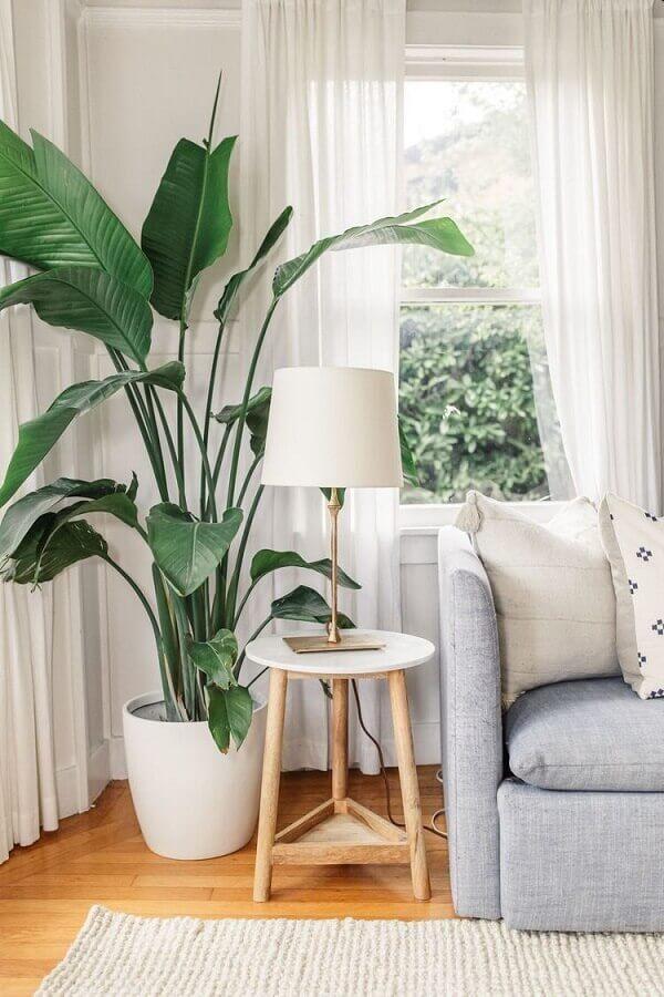 vaso de chão decorativo para sala decorada com sofá cinza  Foto Pinterest