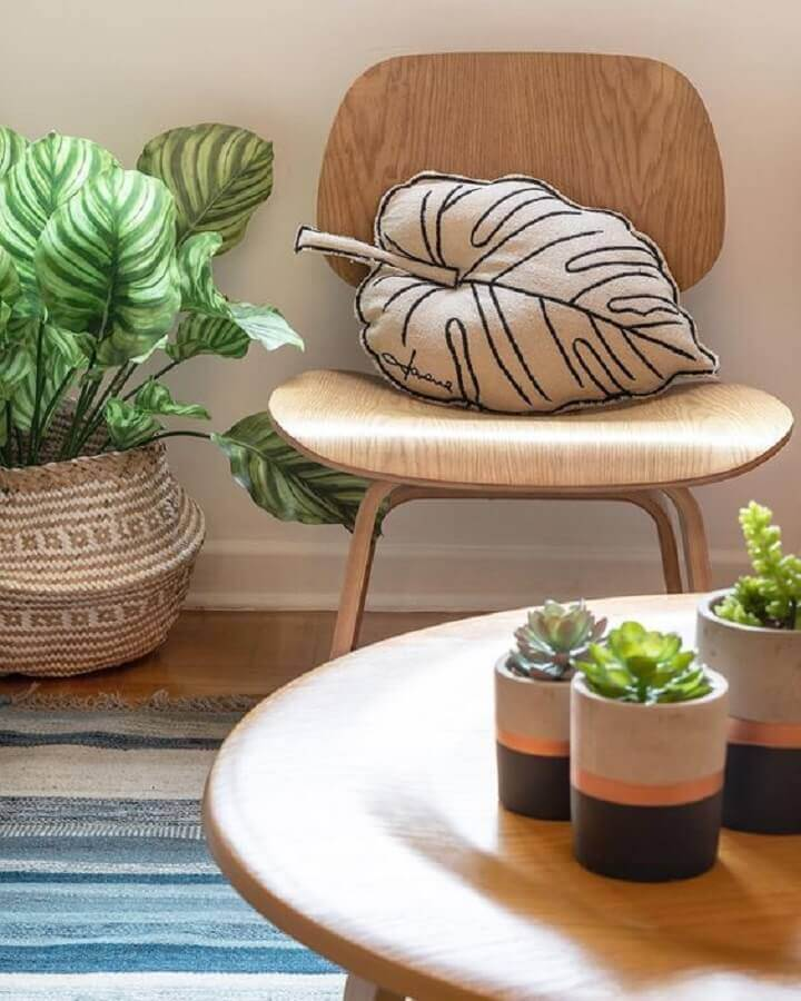 vasos com plantas para decoração de sala de estar com mesa de centro de madeira  Foto Jeito de Casa