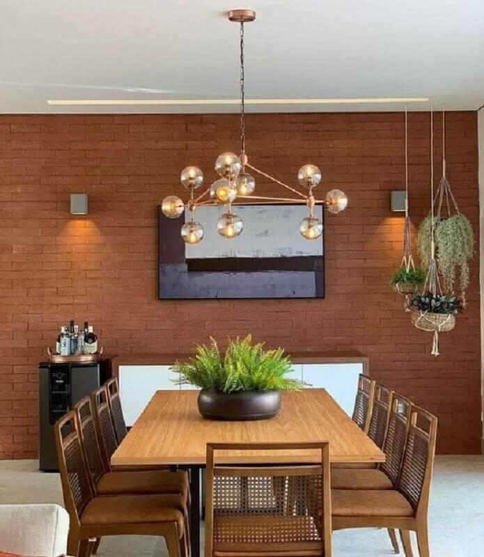 vasos com plantas para decoração de sala de jantar com parede tijolinho e mesa de madeira Foto iCasei