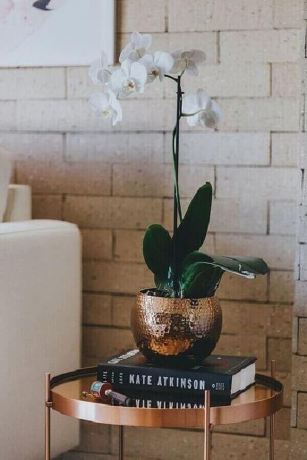 vasos de decoração para sala com mesa lateral cobre  Foto Casa de Valentina