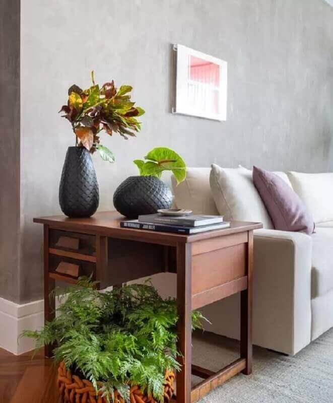 vasos de decoração para sala de estar cinza com parede de cimento queimado  Foto Jeito de Casa