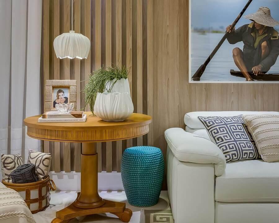 vasos de decoração para sala de estar com mesa lateral de madeira redonda  Foto Renata Pisaniarqui