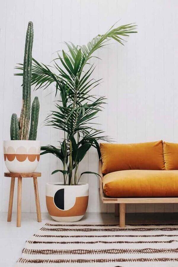 vasos de decoração para sala de estar simples com sofá de madeira  Foto Pinterest