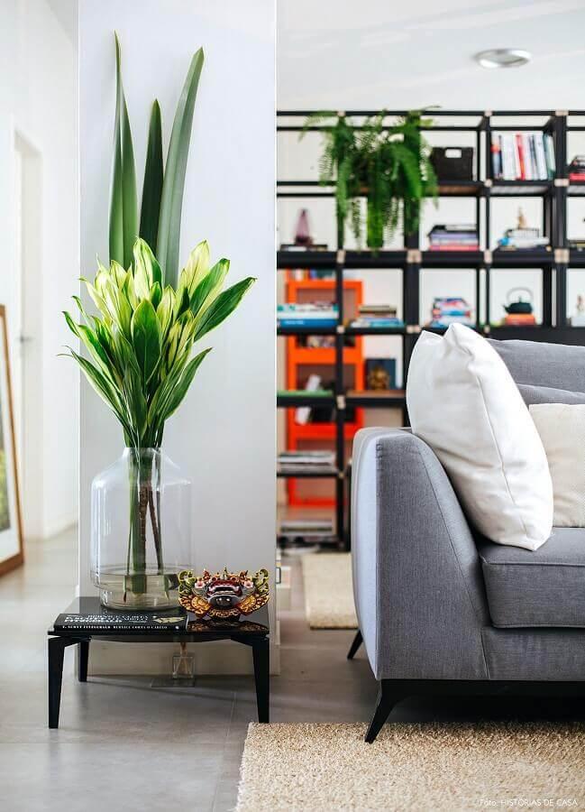vasos decorativos grandes para salas decorada com sofá cinza e tapete bege  Foto Pinterest