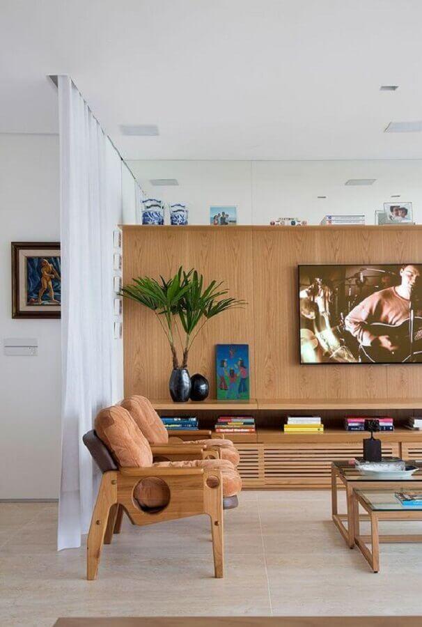 vasos decorativos para sala de TV planejada com móveis de madeira  Foto Histórias de Casa