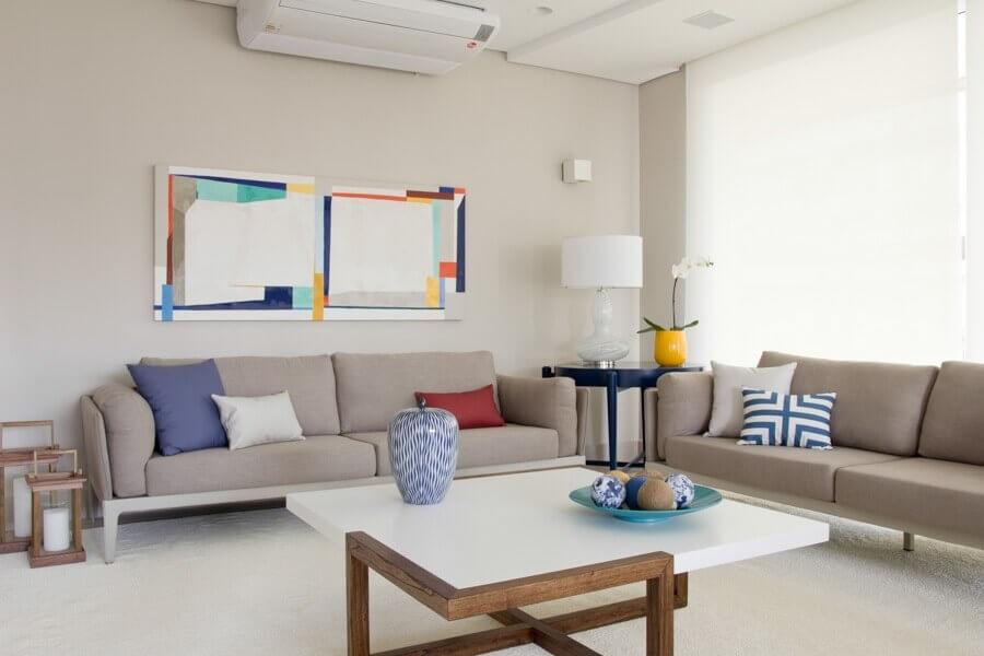 vasos decorativos para sala de estar moderna decorada com detalhes coloridos Foto Marília Veiga