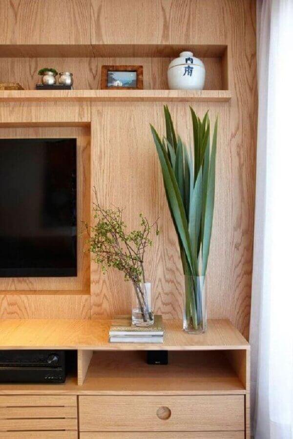 vasos para decorar sala de TV com estante de madeira  Foto Histórias de Casa