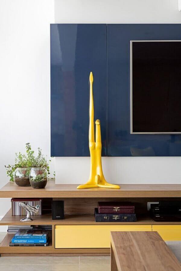 vasos para decorar sala de tv decorada com rack de madeira e painel azul Foto Casa de Valentina