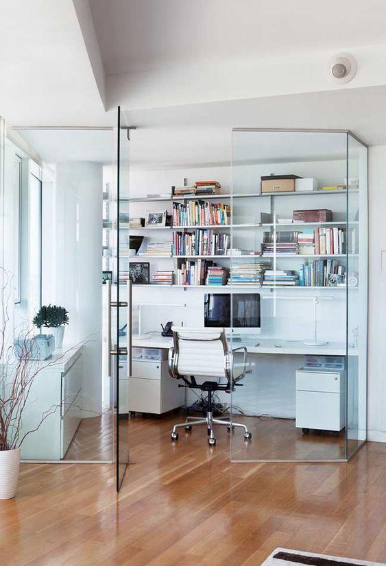 A porta de vidro é uma das melhores divisórias para escritório em casa