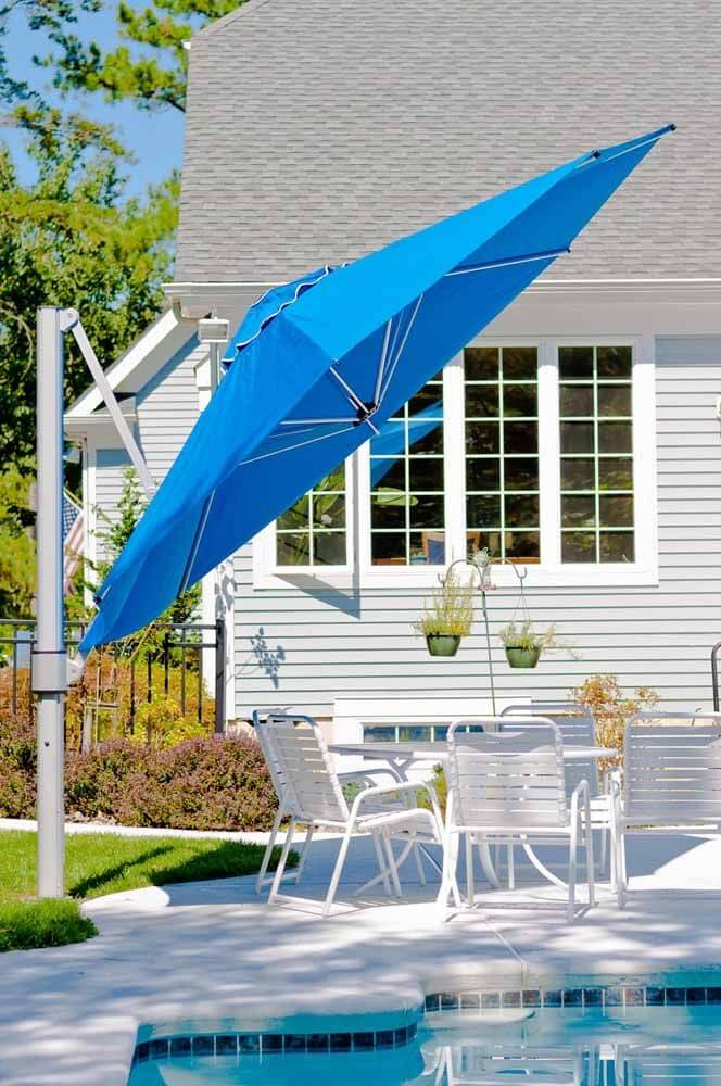 Área da piscina com guarda sol na mesa