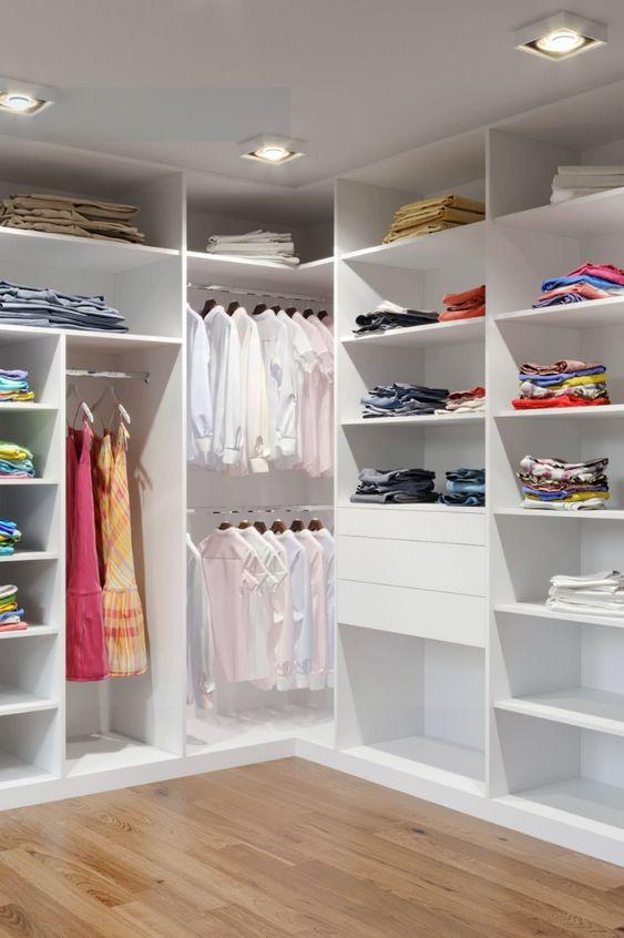 Armário de canto para roupas e gavetas
