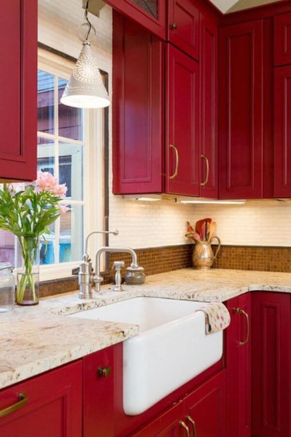 Armários cor vinho na cozinha moderna