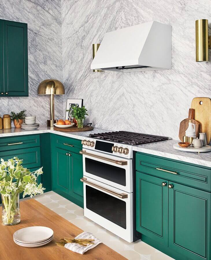 Armario de canto para cozinha com revestimento de mármore e puxadores dourados