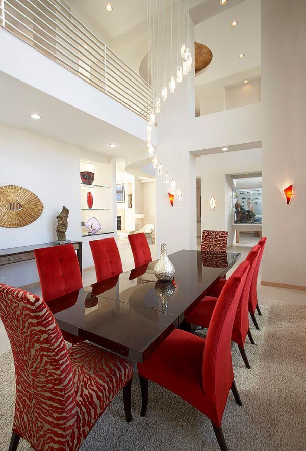 Cadeira vermelha estofada para sala grande decorada com cores clássicas