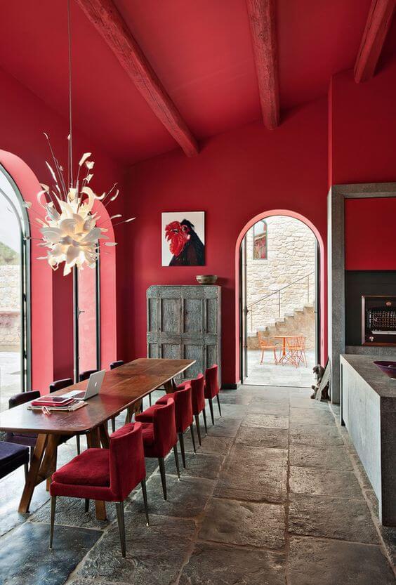 Cadeira vermelha para sala grande decorada