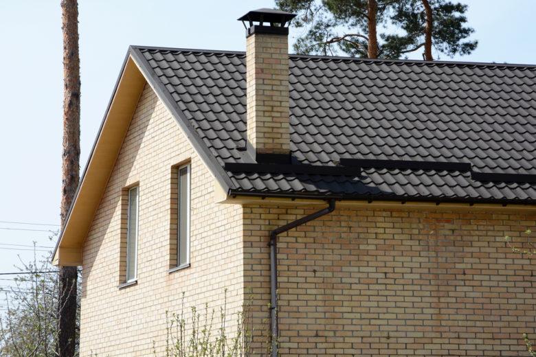 Casa com chaminé e telhado cinza