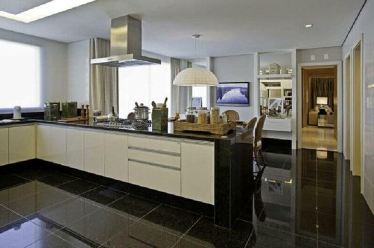 Cozinha com porcelanato preto e armários brancos