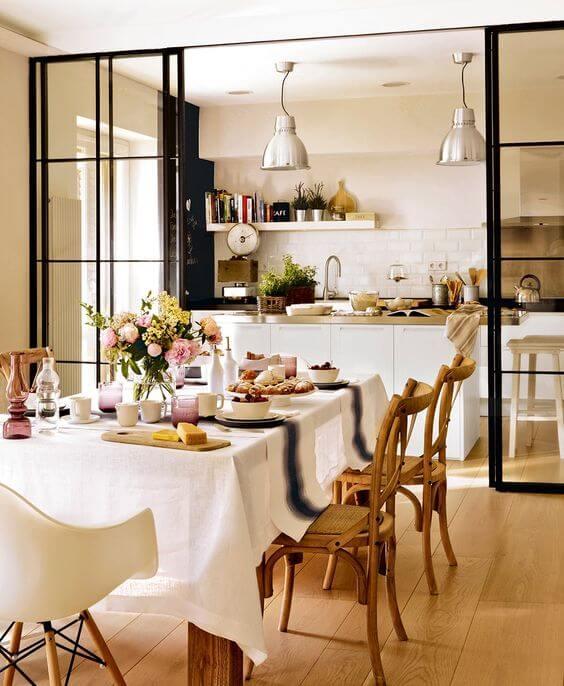 Cozinha integrada com sala grande decorada e dividida por porta de correr