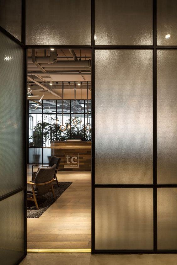 Decoração com divisória para escritório de vidro