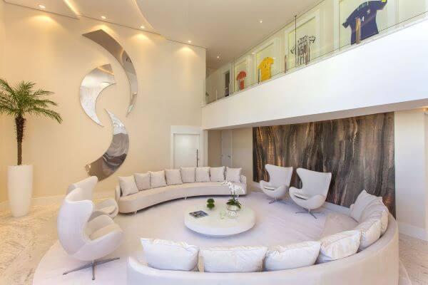 Decoração para sala grande decorada em tons claros e no formato redondo