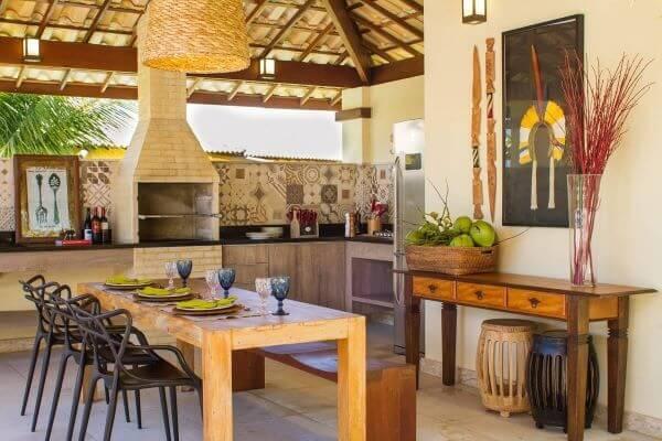 Decoração rústica com chaminé para churrasqueir e móveis rústicos