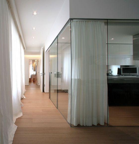 Divisória de vidro para escritório com cortinas para fechar o espaço