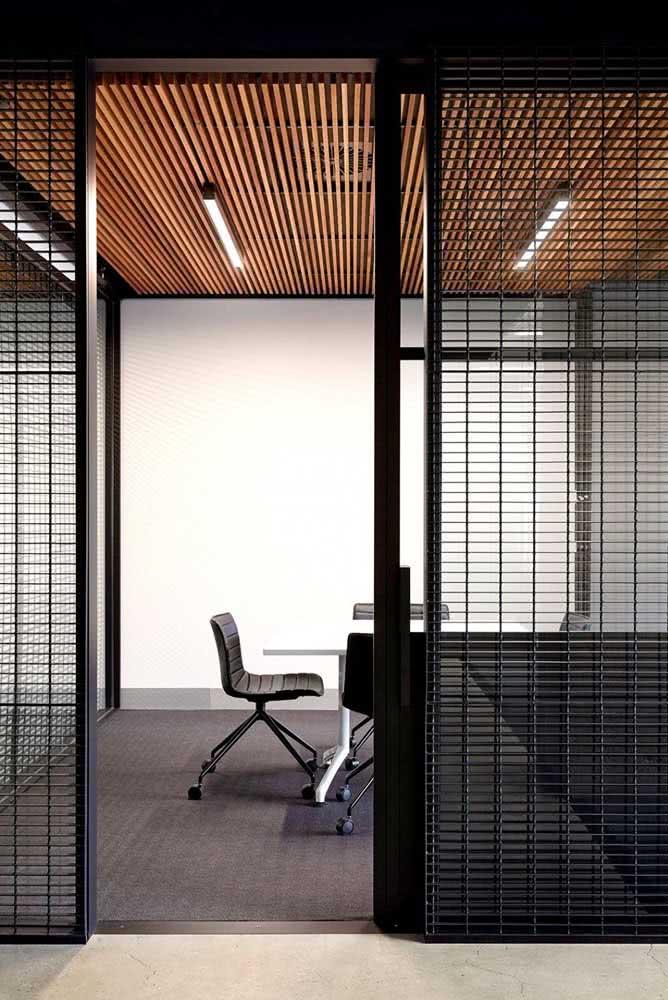 Divisórias de ferro para escritório moderno com cadeiras confortáveis