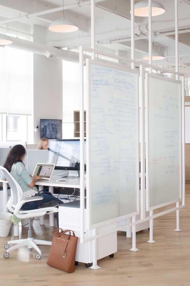 Divisórias para escritório com móveis e decoração branca